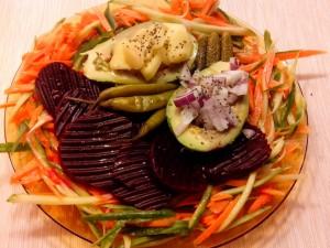 Салата с авокадо и зеленчуци