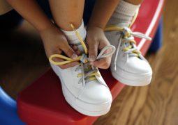 Как да научим детето да си връзва връзките?